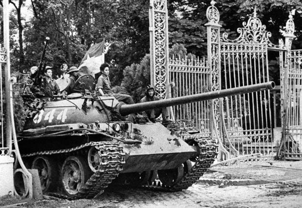 Tank của CSVN tiến vào Dinh Đọ Lập, 20-04-1975. Ảnh AP.