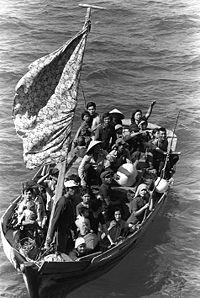 Thuyền nhân Việt Nam trên đường vượt biển, tị nạn cộng sản. Nguồn Wikipedia.