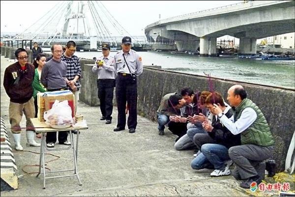 Lao động Việt Nam tại Đài Loan đang qùy tạ tội đã
