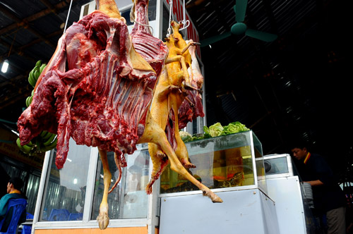 Thịt động vật treo lủng lẳng tại lễ hội chùa Hương, Nguồn: http://m.congly.com.vn