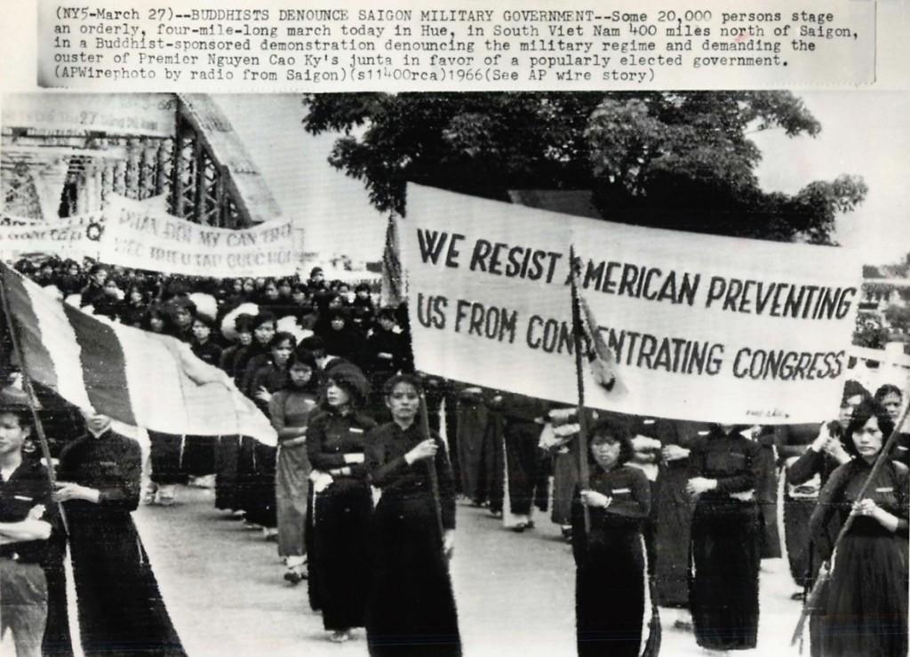 Phụ nữ biểu tình chống Mỹ không cho triệu tập quốc hội, 1966. Nguồn AP.