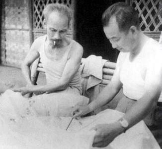 Hồ Chí Minh và Trần Canh (1950). Nguồn: OntheNet.