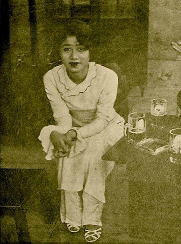 Cô Nguyễn Thị Hậu - người đầu tiên mặc quần áo lối mới kiểu Lemur (Phong Hóa). Nguồn: http://afamily.vn
