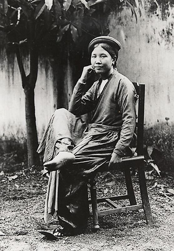 Một phụ nữ miền Bắc trong áo tứ thân, thời kỳ 1919 - 1926. Nguồn: OntheNet.