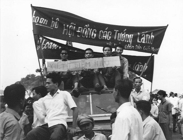 Biểu tình ủng hộ tướng lãnh đao chánh; đòi xử tử hai ông Diệm Nhu. Nguồn: Douglas Pike Photograph Collection - Vietnam Center and Archive.