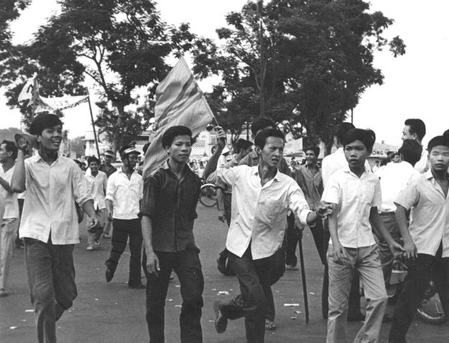 Biểu tình sau cuộc đảo chánh 1/111/1963. Nguồn: Douglas Pike Photograph Collection - Vietnam Center and Archive.