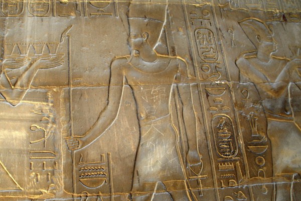 Viết nhảm trên di tích Ai Cập. Nguồn ảnh: Associated Press / May 6, 2013