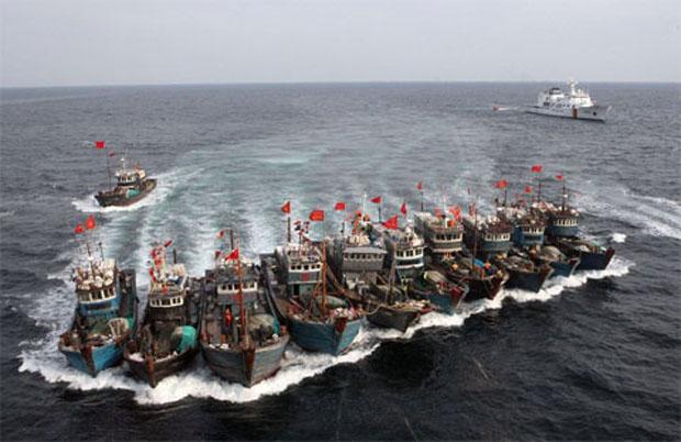 Việc tàu cá Trung Quốc ồ ạt tràn ra biển Đông là hành động xâm lấn, xâm phạm chủ quyền biển đảo của Việt Nam. Nguồn ảnh: Sgtt.vn