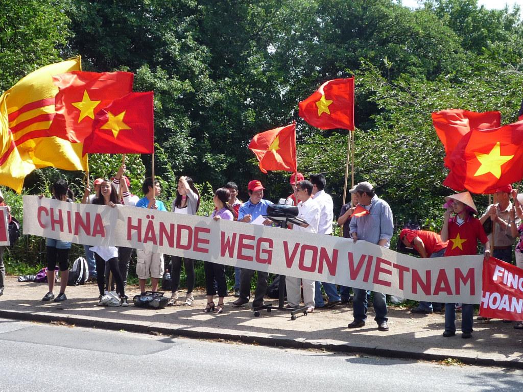 Biểu tình chống Tàu trước LSQ CHNDTH ở Hamburg-Đức, 16.07.2011 – Ảnh: Gocomay