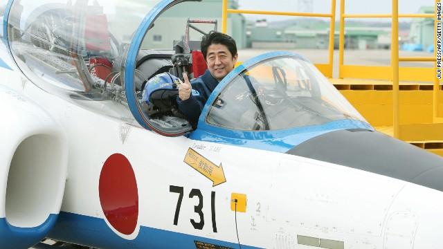 Ảnh chụp Abe chỉa ngón cái, ngồi trên máy bay trong chuyến thăm cuối tuần đến vùng đông bắc Nhật Bản. Nguồn: Korea JoongAng DailyDaily.