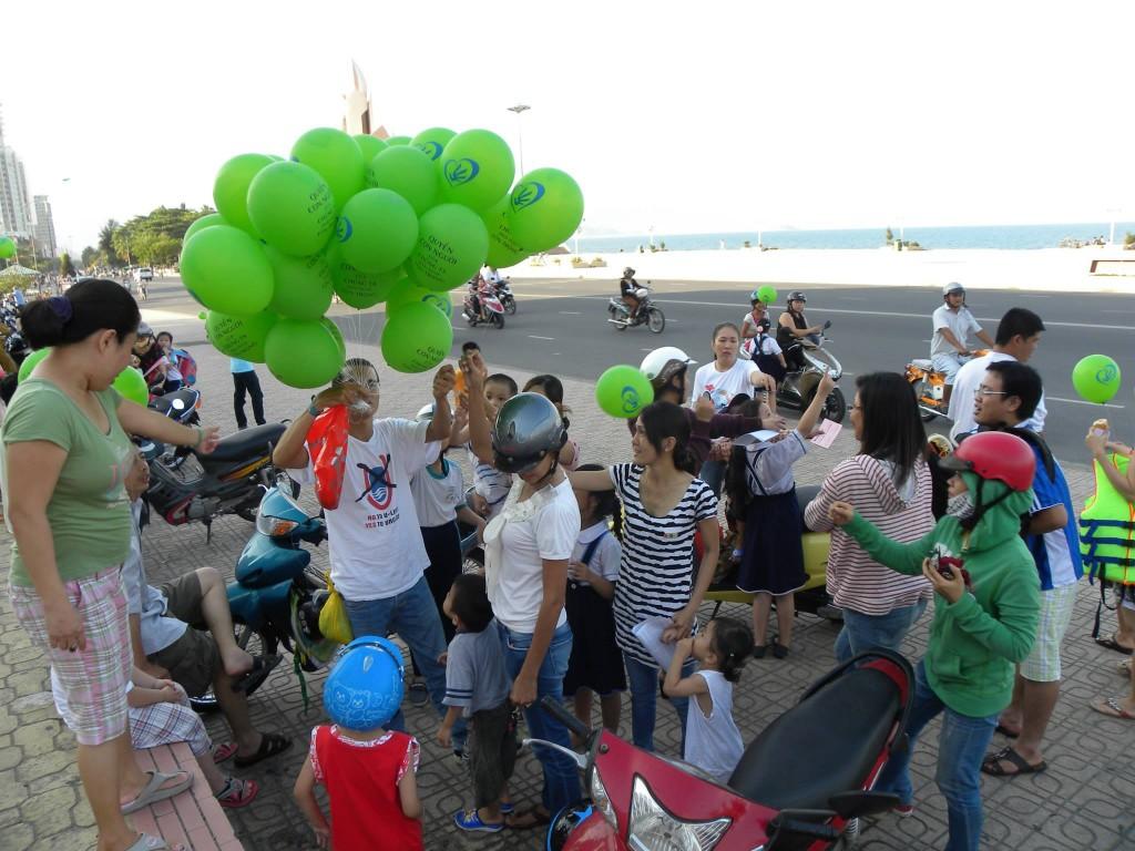 Phát bóng bay và Tuyên Ngôn Quốc Tế Nhân Quyền cho dân Nha Trang. Nguồn: Việt Vô Vi
