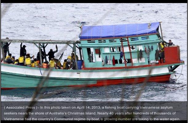 Tàu đánh cá ở Kiên Giang đưa người Việt Nam vượt biển sang Úc - 14/4/2013. Nguồn: AP.