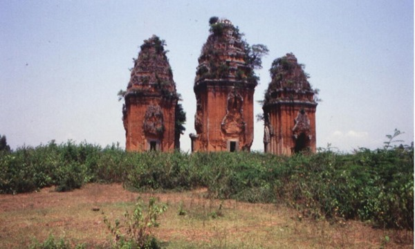 Hình 1: Nhóm đền-tháp Dương Long, thế kỷ 12-13, Bình Định. [Ảnh: TKP]