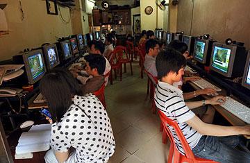Cafe internet ở Hanoi (2009). Nguồn: HOANG DINH NAM / AFP / GETTY IMAGES