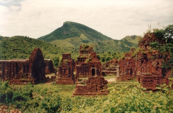 Hình 3: Thánh địa Mỹ Sơn dưới chân ngọn núi thiêng Mahaparvata. [Ảnh TKP]