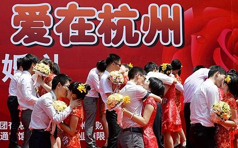 Những đôi vợ chồng tìm hạnh phúc hôn nhân tại một đám cưới đại chúng ở Hàng Châu, nhưng những người khác có thể cần được giúp đỡ. Nhập: Huấn-luyện-tìm-chồng xuất hiện. Nguồn ảnh: Reuters.
