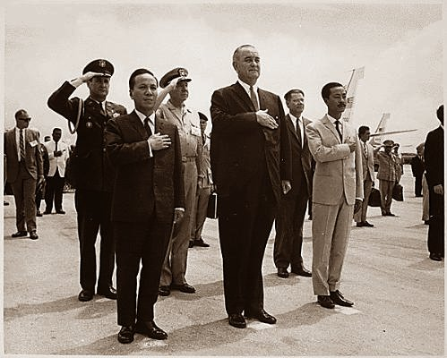 CT UBLĐQG Nguyễn Văn Thiệu, TT Lyndon B. Johnson, CT UBHPTU N.C. Kỳ (tại Phi trường Quốc tế Guam, Agana 20/3/1967) Nguồn ảnh: U.S. Information Agency. Press and Publications Service.