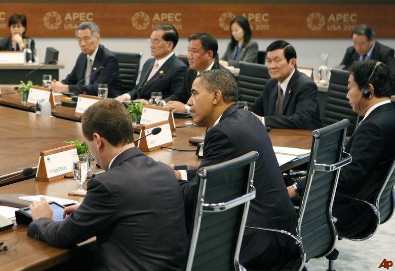 """Barack Obama, Trương Tấn Sang và giới lãnh đạo APEC trong một phiên nhóm tại """"Chuyến thăm này quan trọng đối với Việt Nam vì Việt Nam đang cần sự hiện diện của Mỹ ở Đông Nam Á để giữ sự cân bằng quyền lực. Việt Nam mong có được một cam kết mới của Mỹ để giải quyết căng thẳng ở Biển Đông."""""""