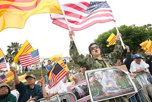 Hàng trăm người biểu tình tụ tập để phản đối chuyến thăm của Chủ tịch Việt Nam Nguyễn Minh Triết ở phía trước của St Regis Monarch Beach Resort ở Dana Point, California, Hoa Kỳ, ngày 23 tháng 6 năm 2007. Đây là chuyến thăm đầu tiên của một nguyên thủ Việt Nam kể từ khi kết thúc Chiến tranh Việt Nam trong năm 1975. Nguồ: EPA / SEAN MASTERSON