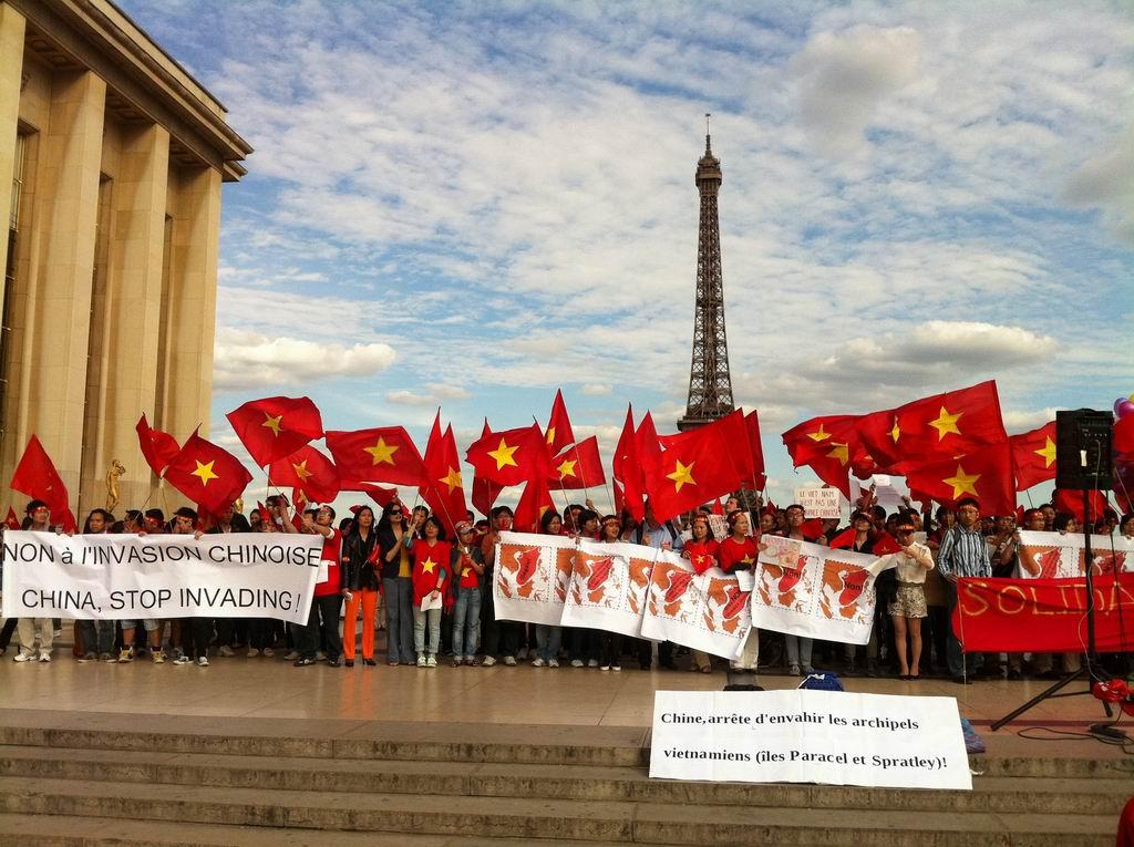 Biểu tình ở quảng trường Trocadéro, Paris. Nguồn KC.