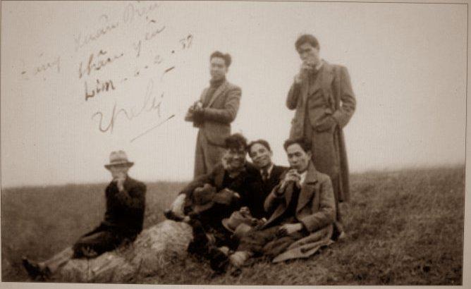 Từ phải sang trái: Đứng: Hoàng Đạo +một người ban. Ngồi: Khái Hưng, Thế Lữ, Xuân Diệu+ một người bạn. Nguồn: CHHV.