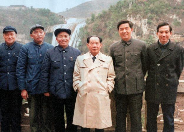 Phe đổi mới trong đảng CS Trung Hoa:  Hu Yaobang (Hồ Diệu Bang, áo khaosc trắngt), với Hu Jintao (Hồ Cẩm Đào và Wen Jiabao (Ôn Gia Bảo) bên phải [ Tháng 2,  1986, Guizhou.] Nguồn: Foreign Policy.