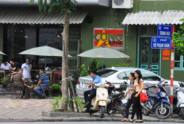 Phía ngoài quán cà phê Cộng ở khu Trung Yên. Nguồn: PetroTimes.