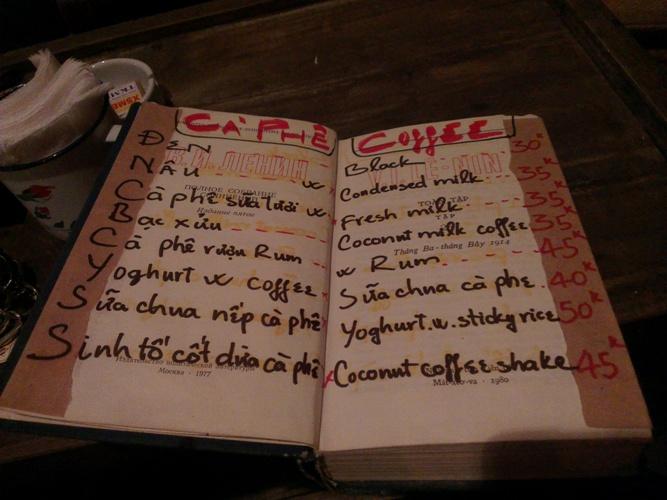 """Cuốn menu """"kì lạ"""" của quán cafe Cộng. Nguồn: PetroTimes."""