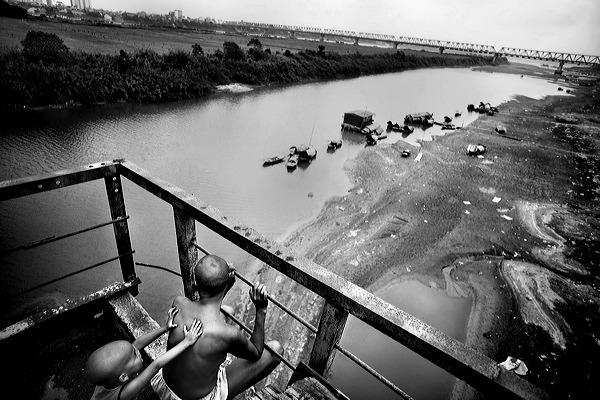 Mùi và Phả trên cầu Long Biên. @ Justin Maxon.