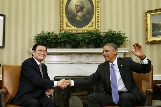 TT Barack Obama bst tay CT Nước CHXHCNVN Trương Tấn Sang trong cuộc họp tại Văn phòng Bầu dục ở Nhà Trắng ( Washington, 25/07/ 2013. Nguồn: AP Photo/Charles Dharapak.