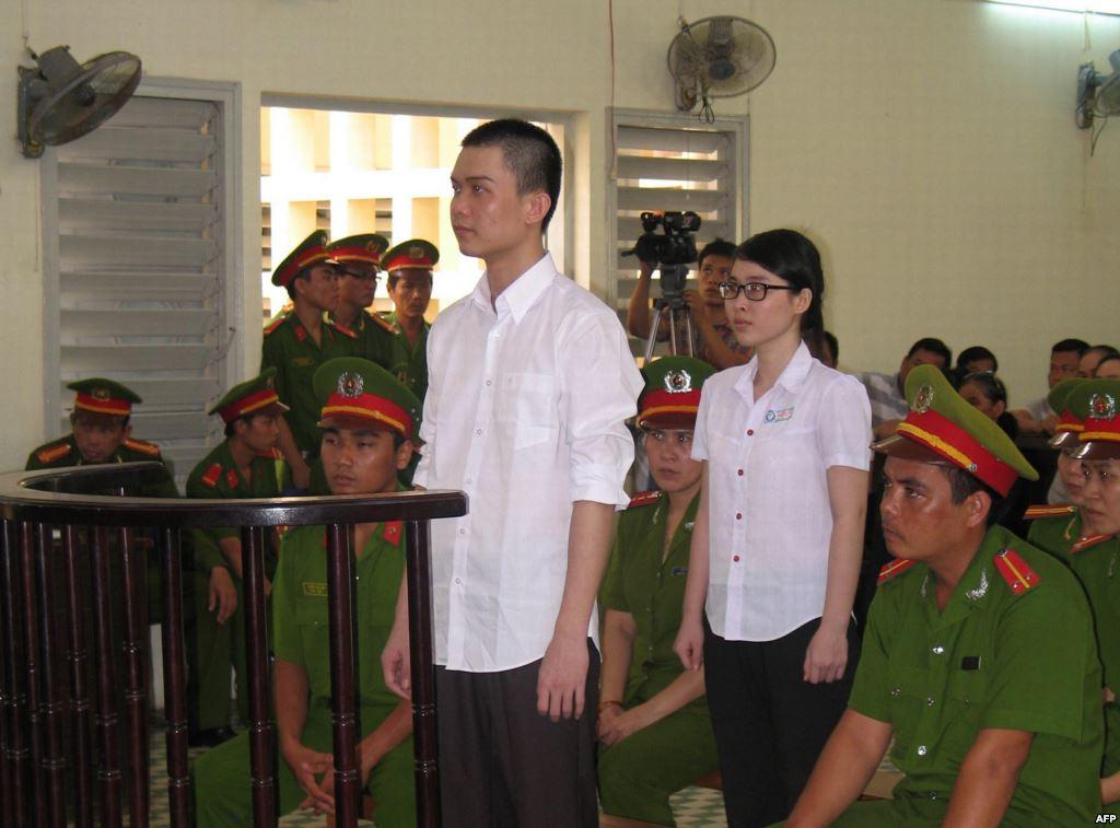 Nguyễn Phương Uyên, (p, 21 tuổi), Đinh Nguyên Kha (t, 25 tuổi) tại tòa án tỉnh Long An  tháng 5, 2013.  Nguồn: AFP.