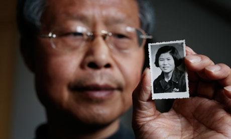 Hongbing Zhang và một bức ảnh của mẹ ông. Ảnh: Dan Chung/The Guardian.