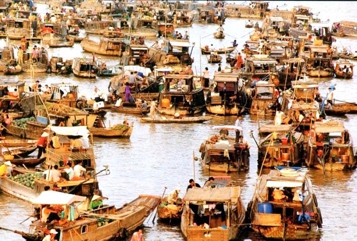 Chợ nổi Ngã Bảy hay còn gọi là chợ nổi Phụng Hiệp hình thành từ năm 1915, là một trong những chợ nổi nhộn nhịp và nổi tiếng nhất vùng đồng bằng sông Cửu Long. Nguồn: http://chuduviet.blogspot.ca