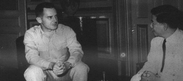 Đại tá Edward Lansdale, trưởng phái đoàn quân sự của CIA Sài Gòn, gặp Thủ tướng Ngô Đình Diệm sau khi CIA vào Việt Nam vào năm 1954 để giúp người Việt Nam thân phương Tây về tâm lý chiến. (Nguồn: bộ sưu tập ảnh của Douglas Pike, Cơ quan lưu trữ Việt Nam, Đại học Texas Tech.)