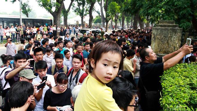 hàng ngàn người hiếu kỳ xếp hàng trên phố Hà Nội để ... chụp hình Nguồn: JL