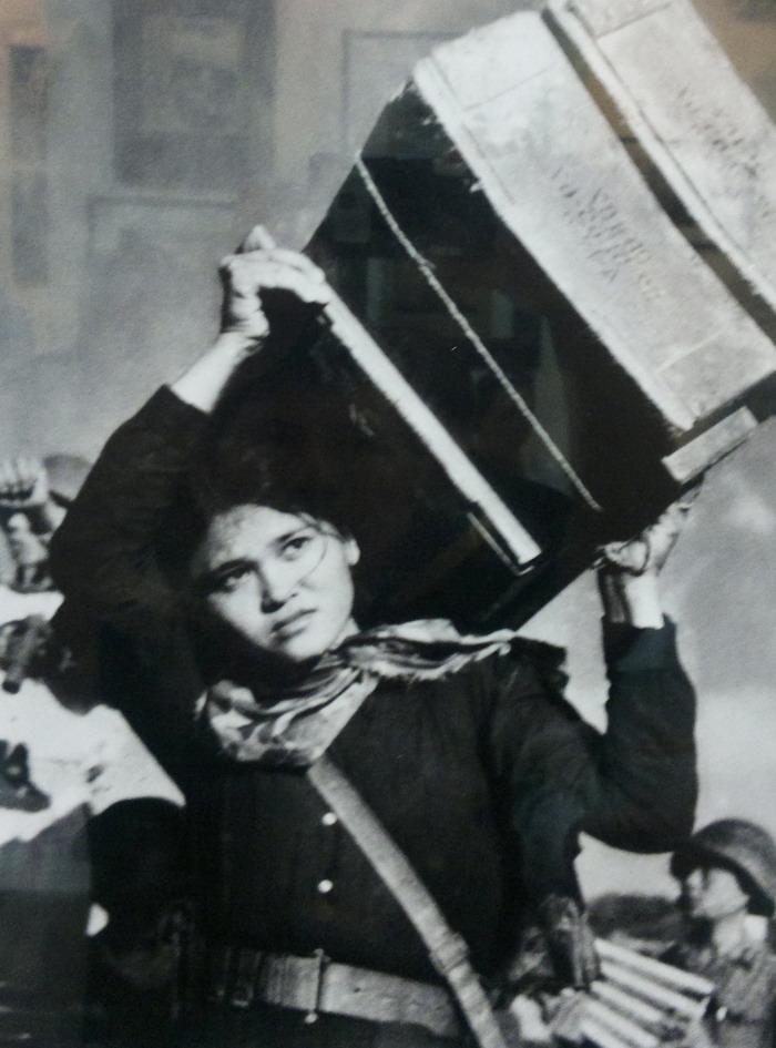 Ngô Thị Tuyển, nữ dân quân tham gia chiến đấu bảo vệ cầu Hàm Rồng (1965) – Nguồn ảnh: Phạm Kỉnh