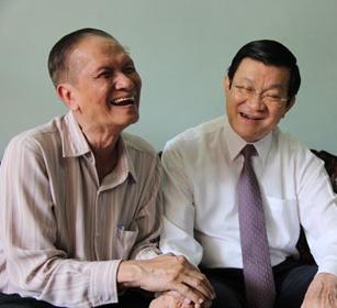 G.s. Chu Phạm Ngọc Sơn ôm tay ông Trương Tấn Sang. Nguồn: OntheNet