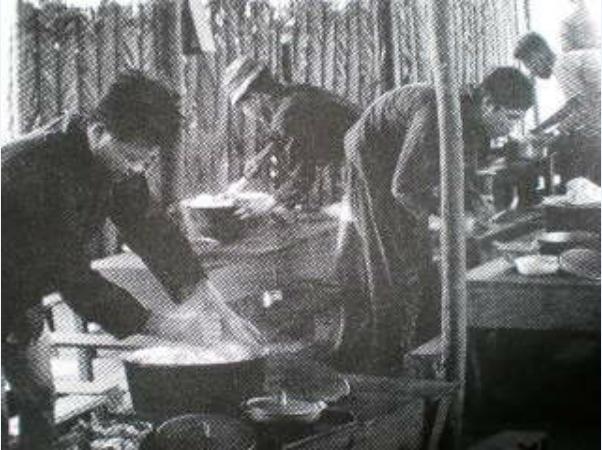 Trại viên luộc bột sắn. Nguồn: http://tuxtini.com/