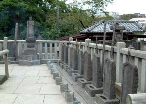 Bia mộ các samurai, đã tự sát sau khi trả thù cho lãnh chúa, tại dền  Sengakuji. Nguồn: awma.com