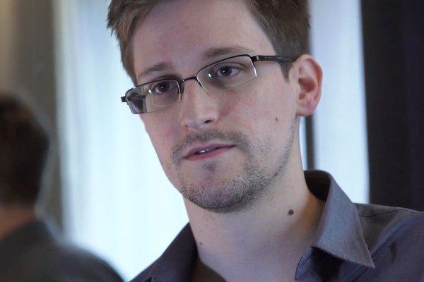 Kẻ đà tẩu nổi danh nhất của Hoa Kỳ (2013)> Nguồn: Glenn Greenwald / Laura Poitras / The Guardian / Reuters
