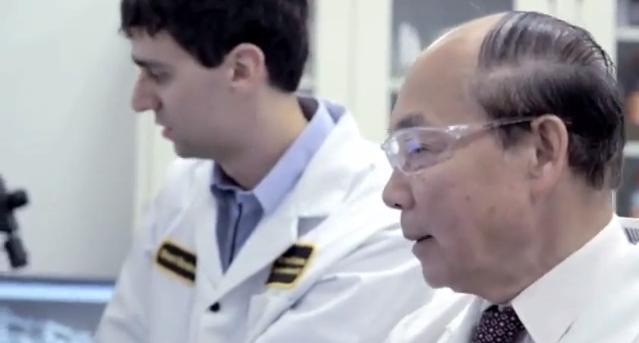 Dr. Hiếu và hậu duệ trong phòng thí nghiệm. Nguồn: A video tribute to Dr. Hieu C. Truong from the Royal Canadian Mint of Winnipeg.