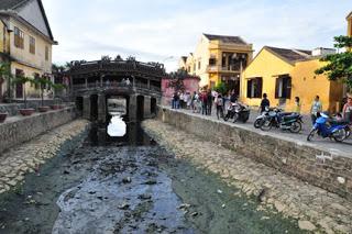 Du khách đến di tích Chùa Cầu bức xúc vì mùi hôi thối bốc lên từ kênh nước ô nhiễm