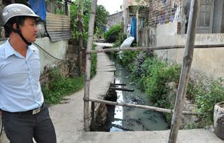 Mương Ồ Ồ (phường Cẩm Phô), nơi chứa, dẫn nước thải của cả khu vực chảy về Chùa Cầu bị ô nhiễm nghiêm trọng khiến người dân bức xúc gần chục năm nay