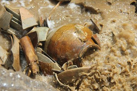 Cổ vật tìm được trong con tafuddawsm ở Quảng Ngãi. Nguồn: Dân Việt.