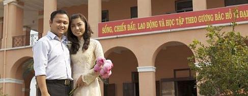 """Ông Nguyễn Tuấn Anh dưới khẩu hiệu, """"Sống, chiến đấu, lao động và học tập theo gương bác Hồ vĩ đại"""""""