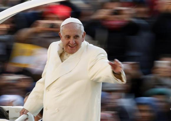 Pope Francis vẫy chào khán giả tại Quảng trường St. Peter, Vatican December 11, 2013.