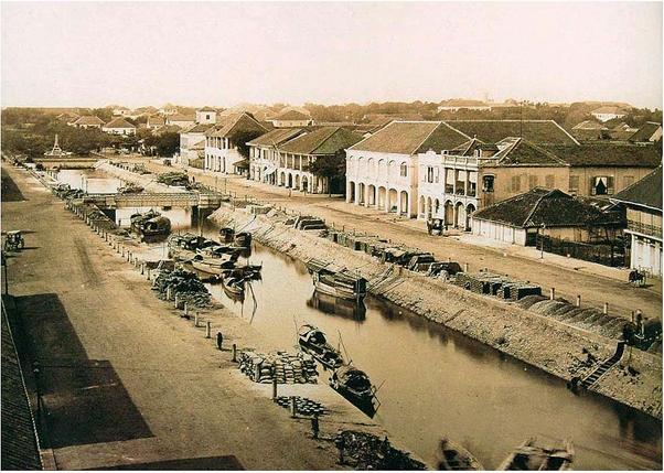 Kênh Lớn và đường Charner nhìn từ phía sông Sài Gòn vào phía tòa Thị chính (lúc này chưa xây) và cũng chưa thấy có Nhà thờ Đức Bà (khởi công 1877, hoàn thành 1880). Nguồn: .flickr.com/manhhai