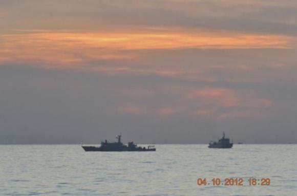 Ảnh trên cho thấy hai tàu giám sát Trung Quốc chạy giữa một tàu chiến của Philippines và tám tàu đánh cá Trung Quốc để ngăn chặn việc bắt giữ ngư dân TQ ở bãi cạn Scarborough, đang có tranh chấp chủ quyền giữa Philippines và Trung Quốc; bãi cạn Scarborough ở miền Nam Biển Đông, khoảng 124 hải lý ngoài khơi đảo Luzon 10 tháng 4 năm 2012. Nguồn: REUTERS / Tài liệu quân đội Philippines