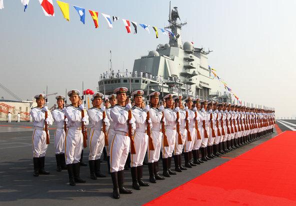 Thủy thủ TQ trên tàu sân bay Liêu Ninh. Nguồn: Zha Chunming/Xinhua, via Associated Press