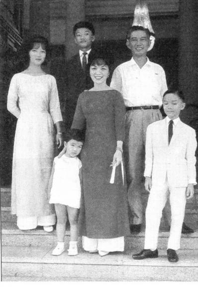 Gia đình ô.b. Ngô Đình Nhu (Từ trái): Lệ Thủy, Trác, Lệ Quyên, Bà Nhu, Ông Nhu, Quỳnh (c.1961). Nguồn: Madame Ngo Dinh Nhu Facebook